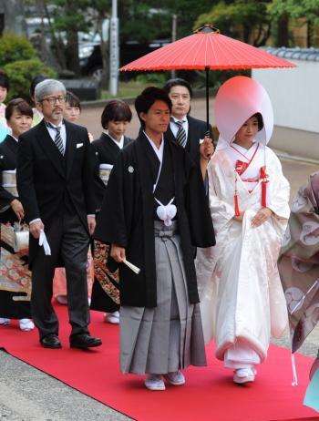 由緒ある神社での厳かな神前結婚式には日本の伝統美をまとおう♡ 和装スタイルフェア